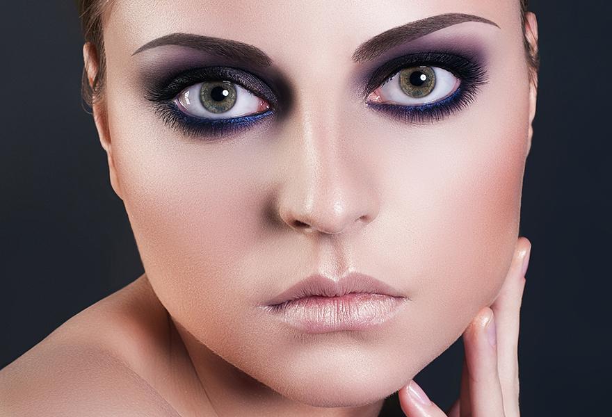 Model with smoky eye