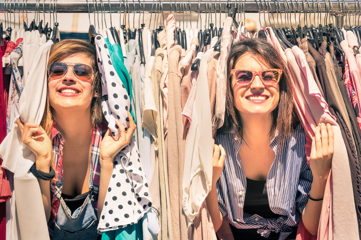 Young beautiful women at the weekly cloth market - Best friends